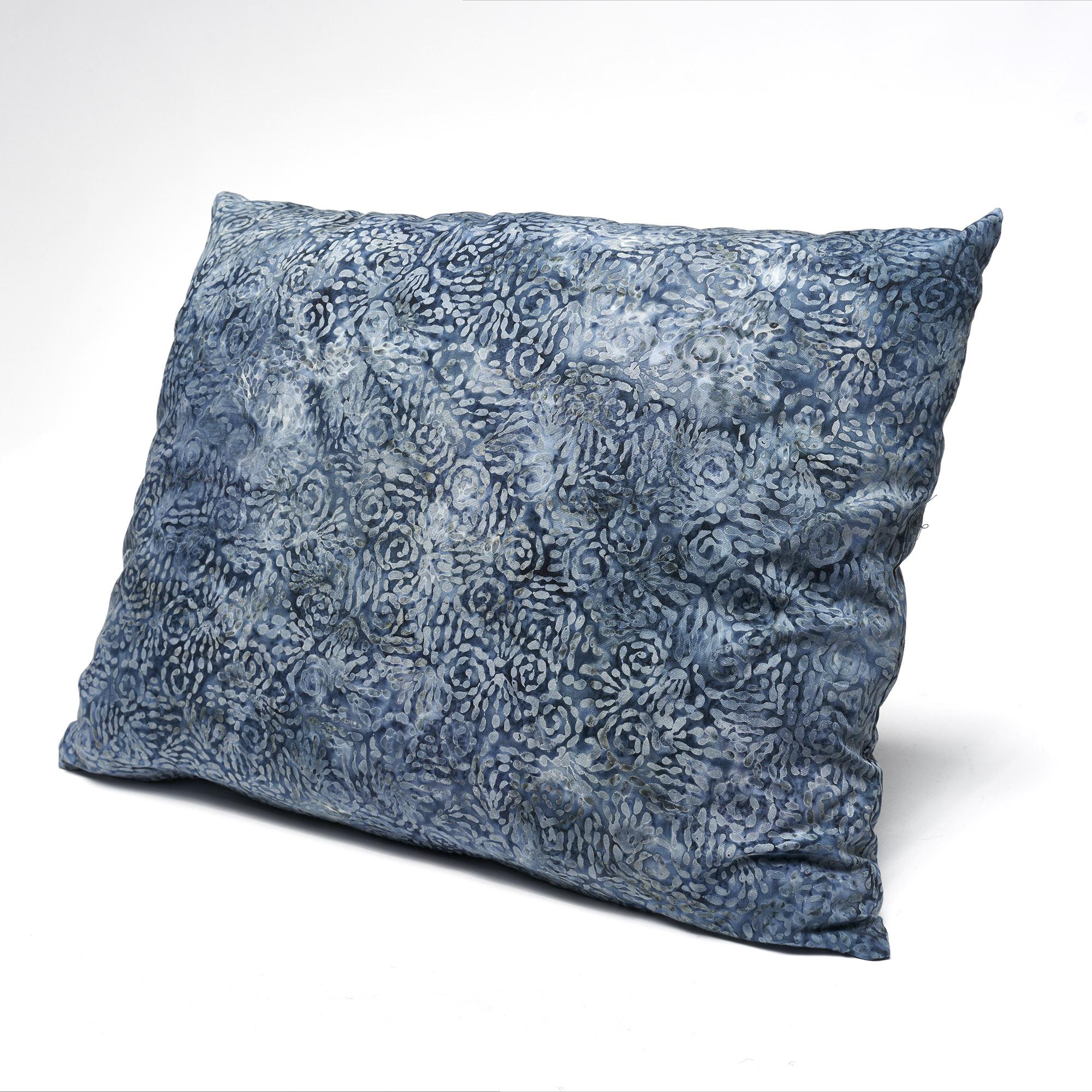 Almohadón de algodón cuadrado azul estampado tipo batik