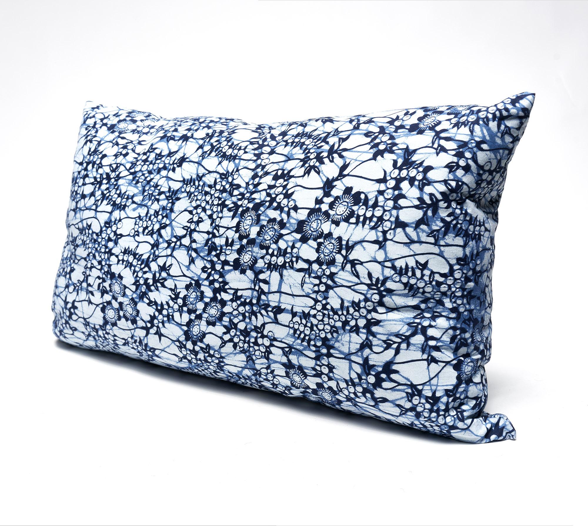 Almohadón estampado batik africano azul