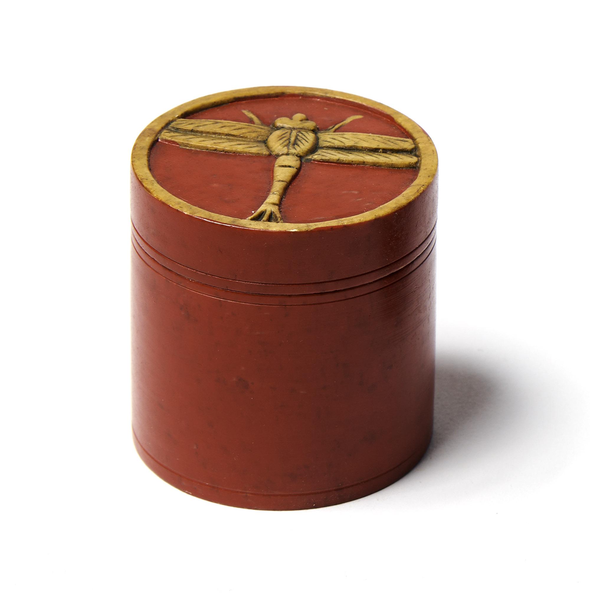 Caja piedra redonda roja libélula