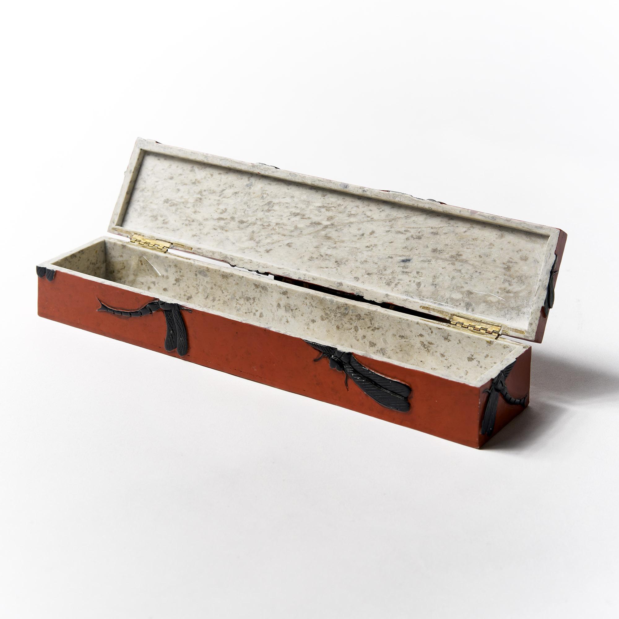 Caja rectangular roja libélulas negras