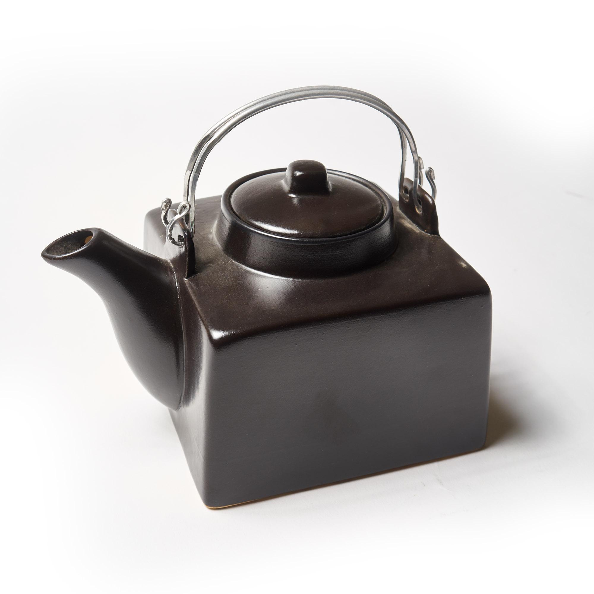 Tetera grande cerámica negra con asa de metal plateado