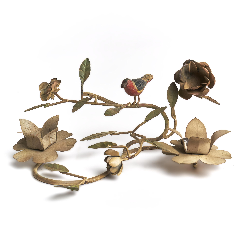 Candelabro de metal para dos velas, con hojas y pájaro.