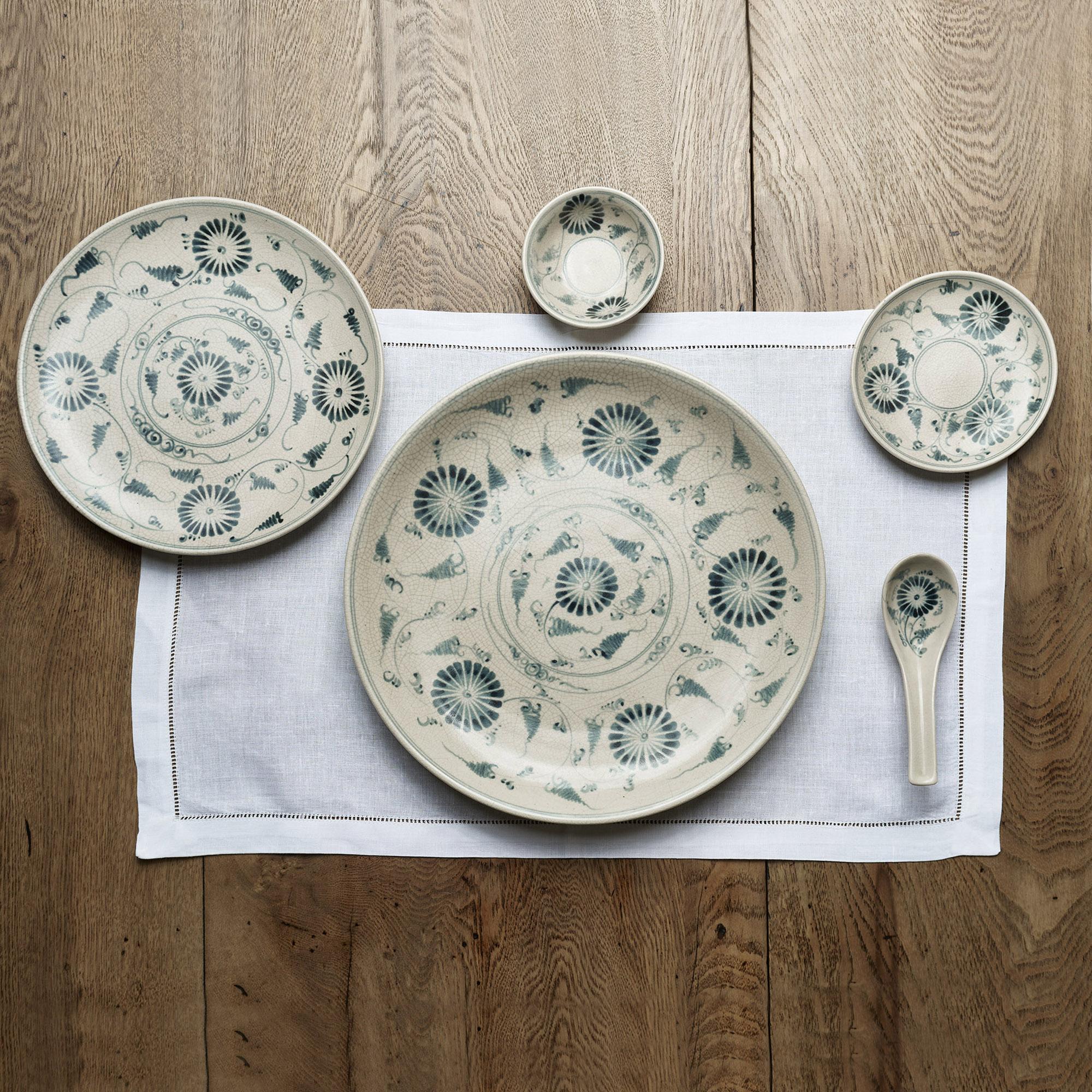 Juego de platos para 6 de cerámica con flores azul petróleo.