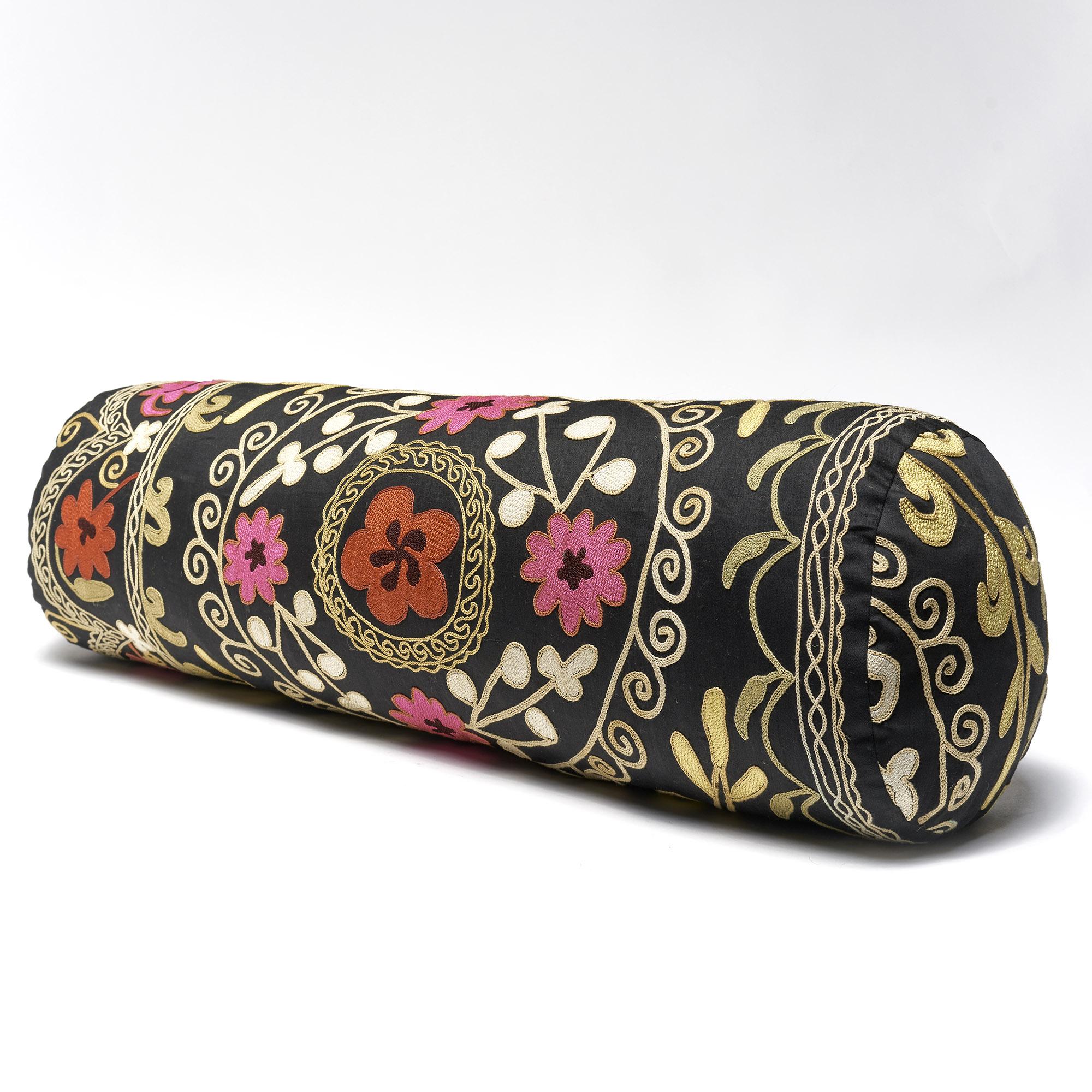 SALE! Almohadón rollo Suzani bordado a mano, negro con flores de colores