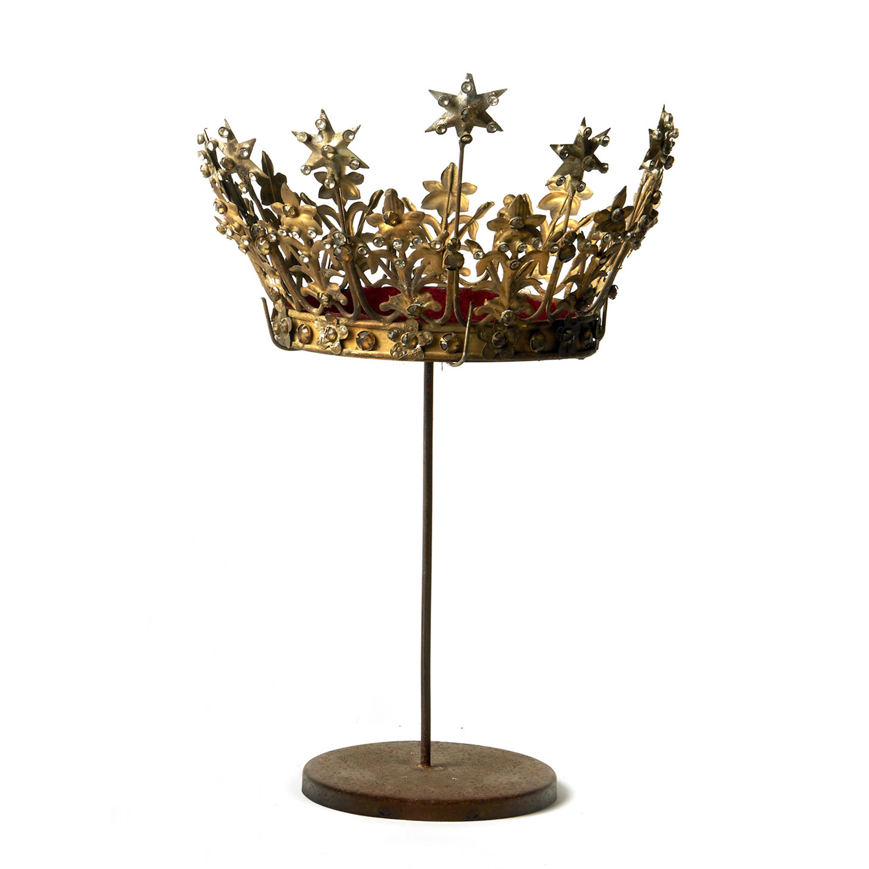 Corona de metal dorado