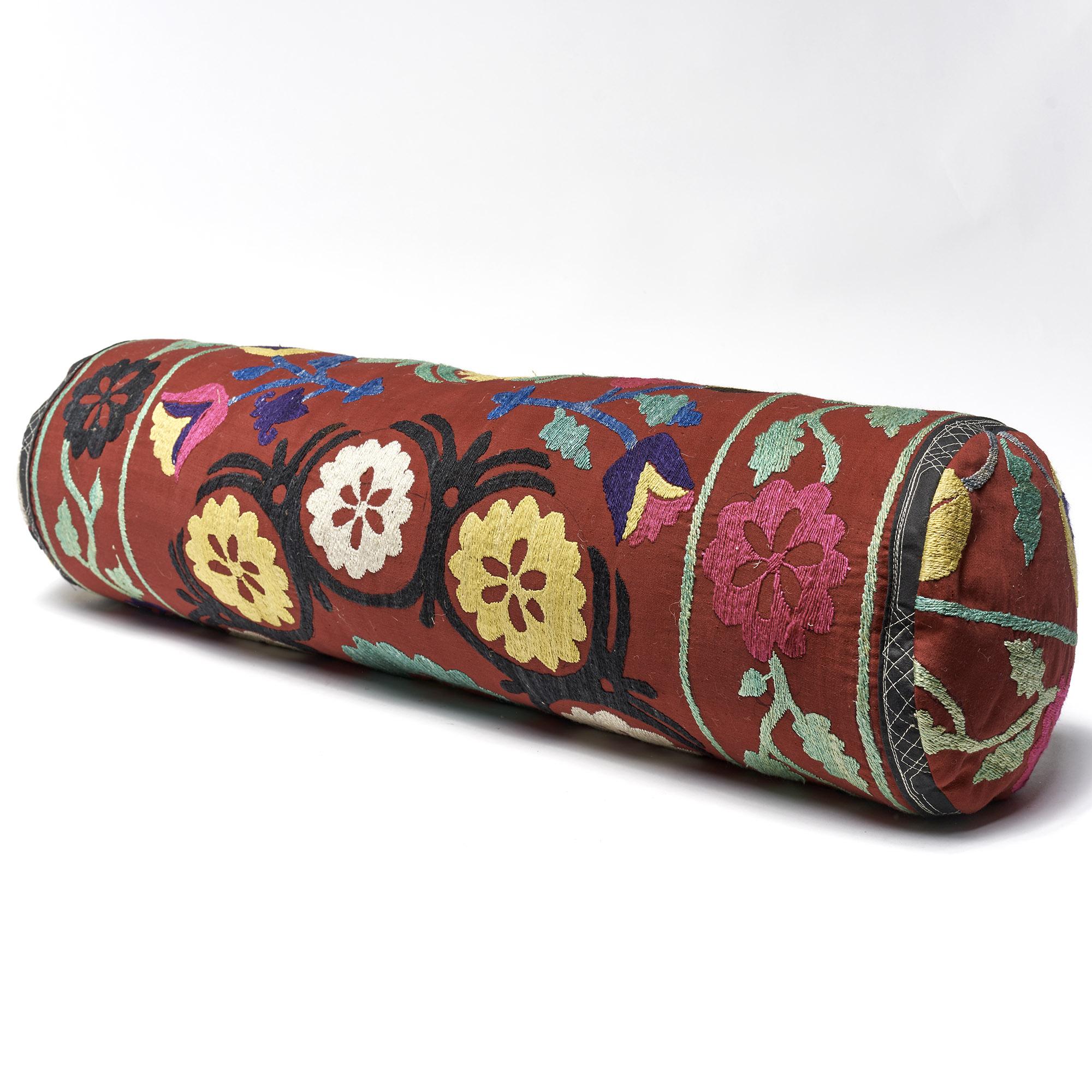 Almohadón rollo Suzani bordado a mano, bordeaux con flores de varios colores