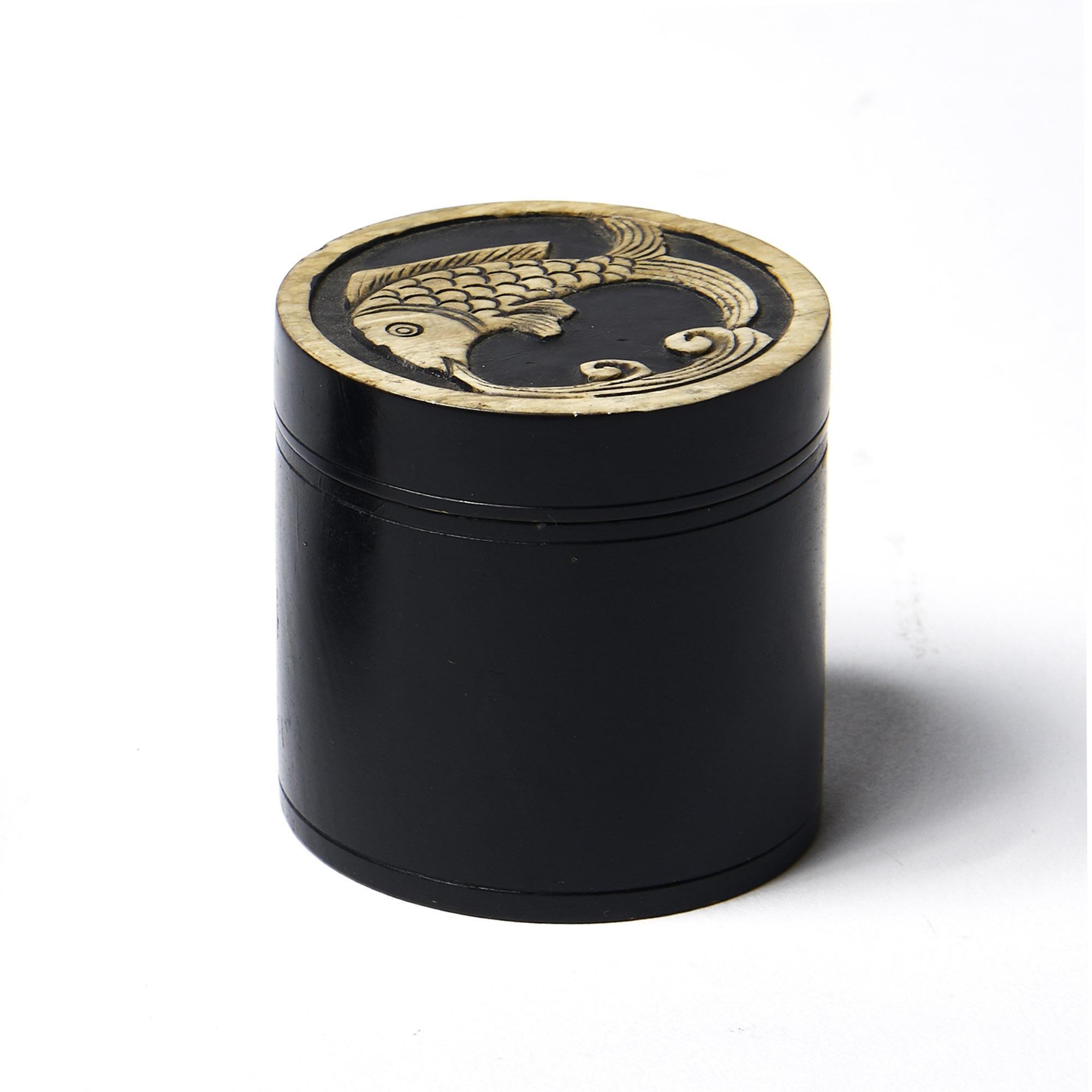 Caja piedra redonda negra pescado