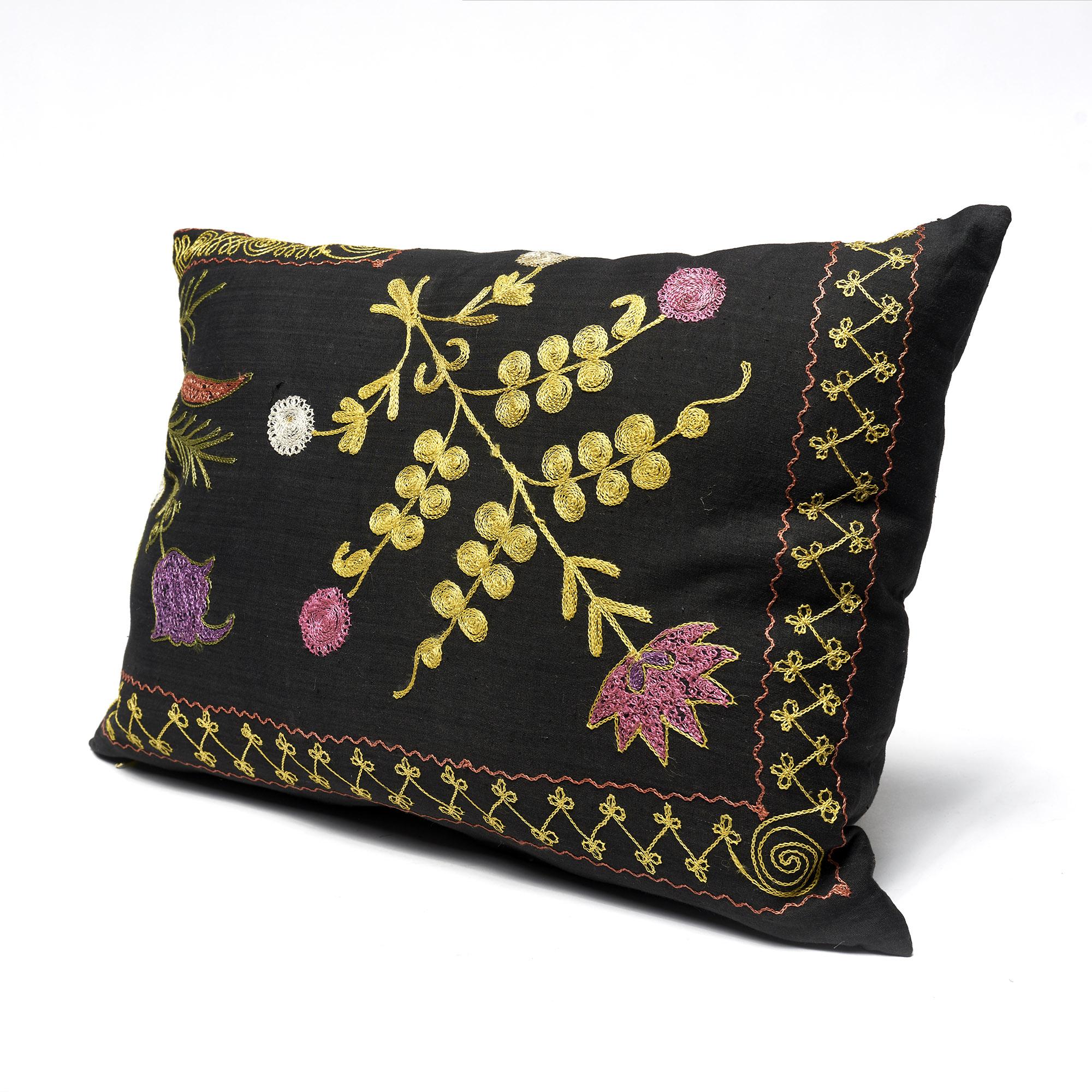 Almohadón Suzani rectangular, negro bordado con flores