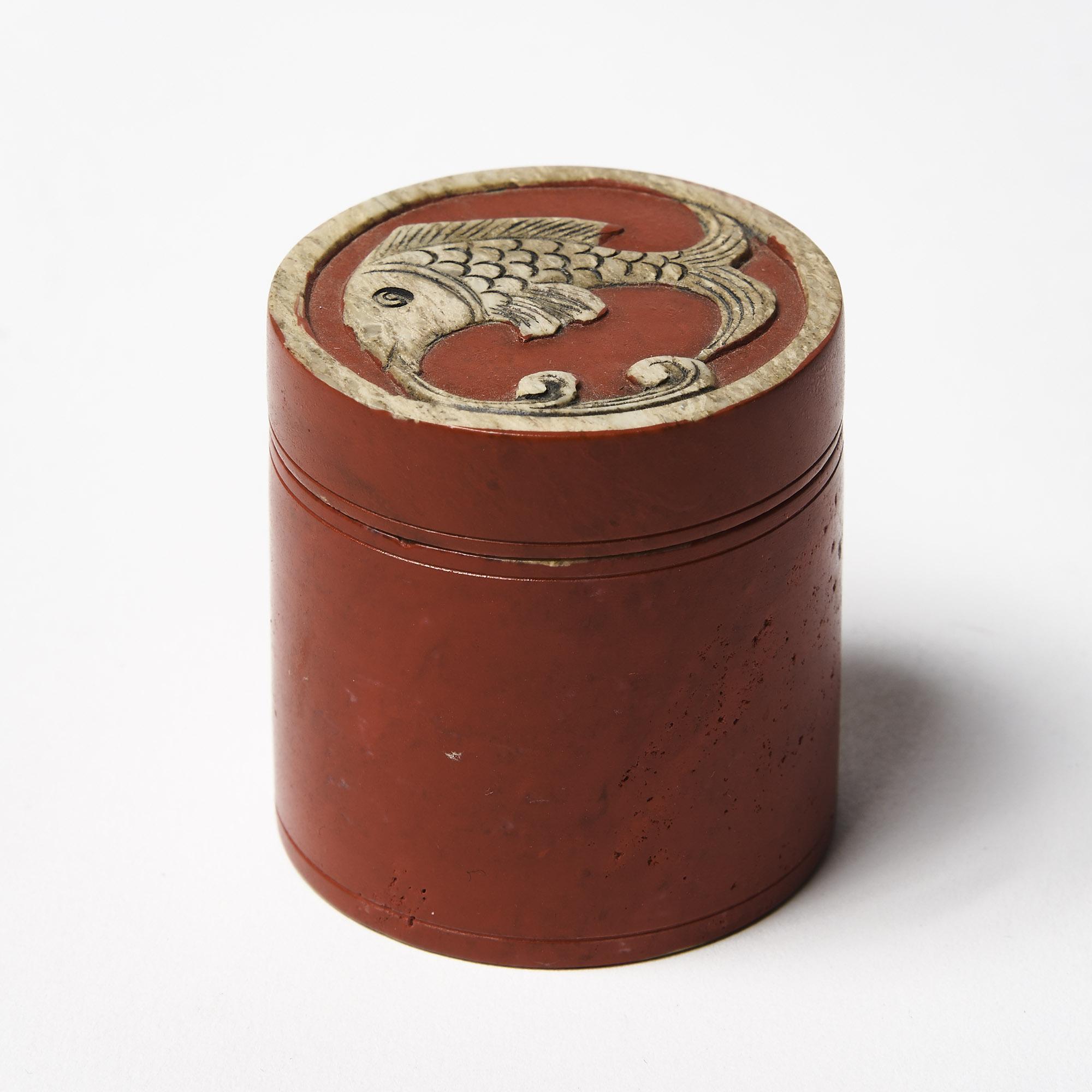 Caja piedra redonda roja pescado