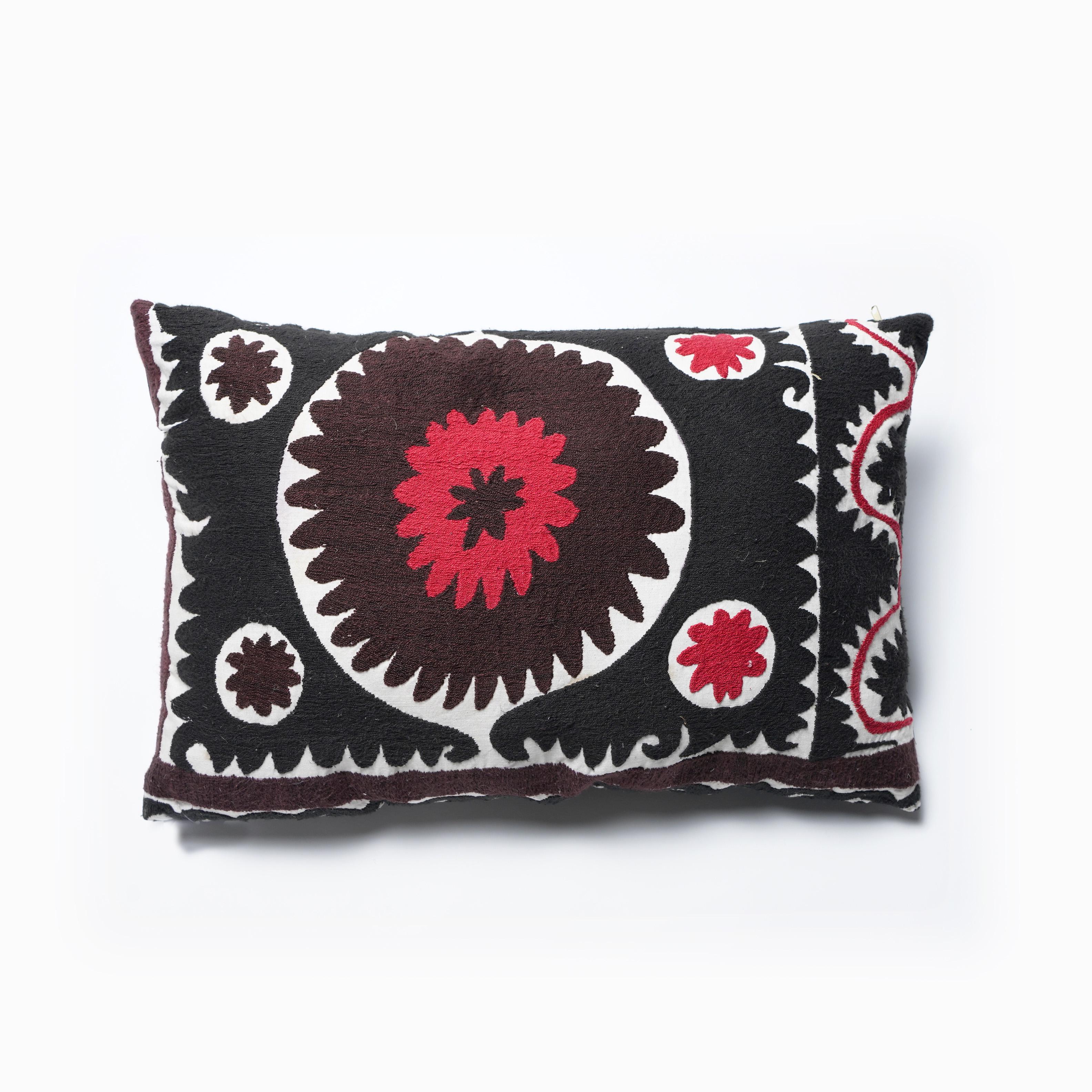 SALE! Almohadón Suzani rectangular bordado a mano,  negro rojo y blanco