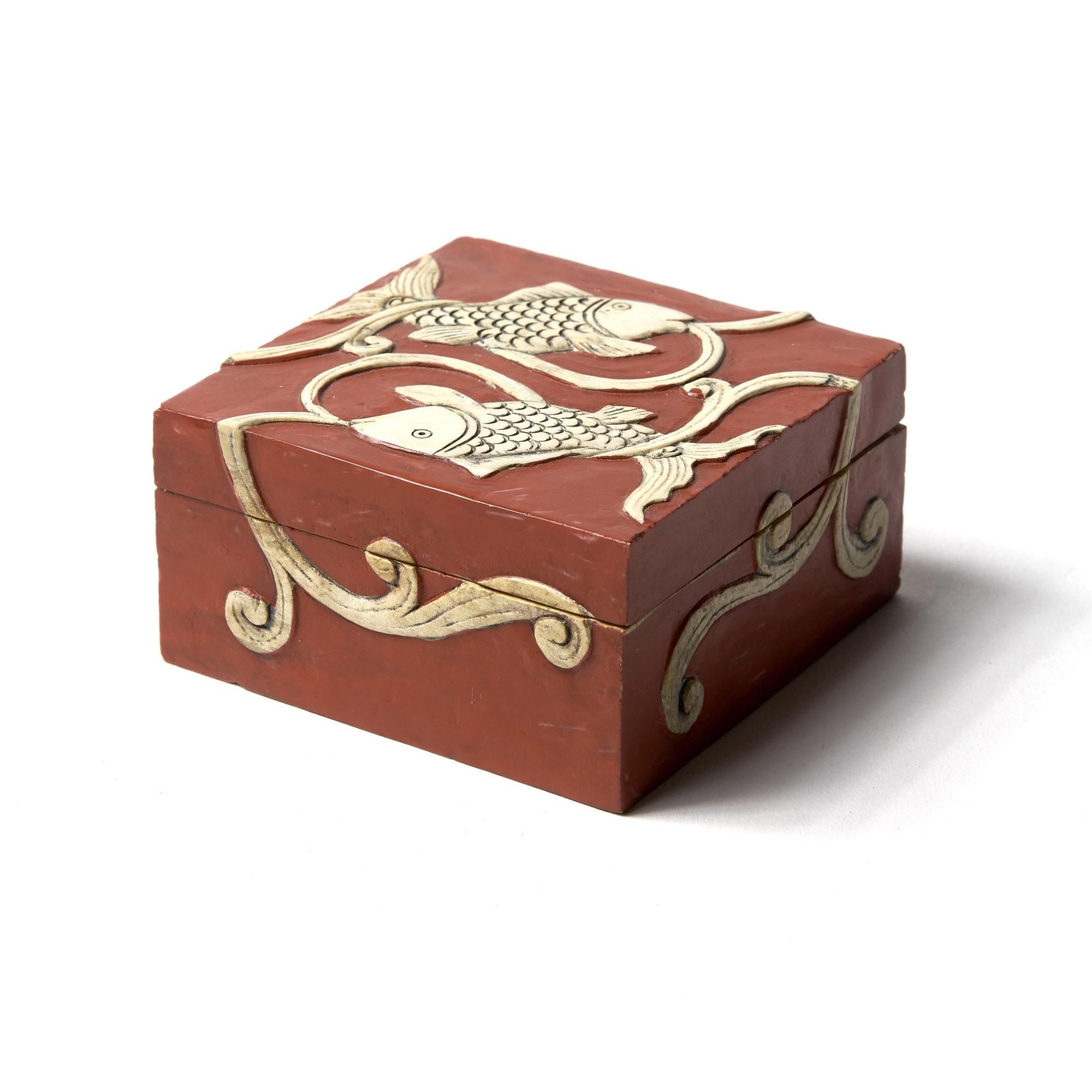 Caja piedra cuadrada roja pescados