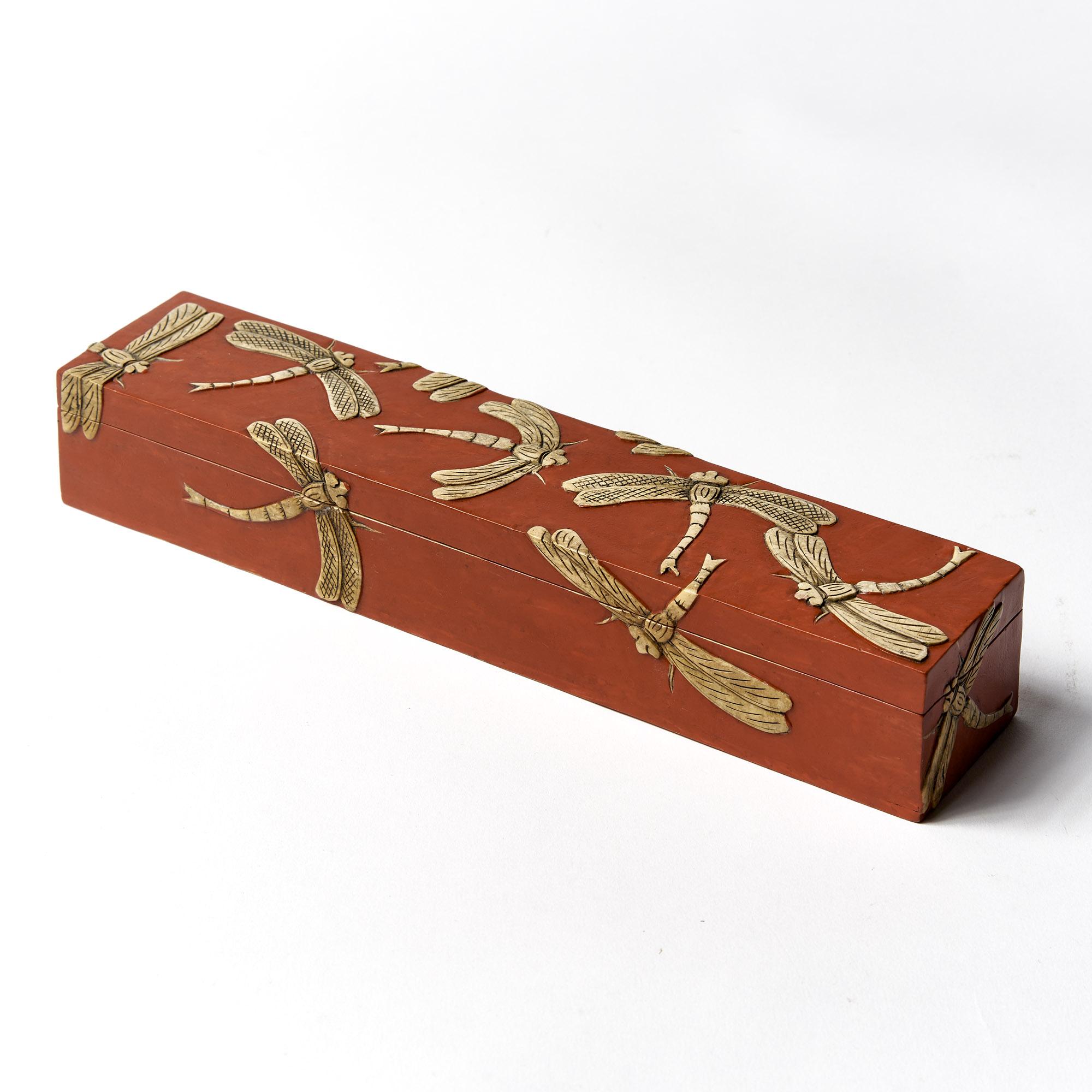 Caja rectangular roja libélulas