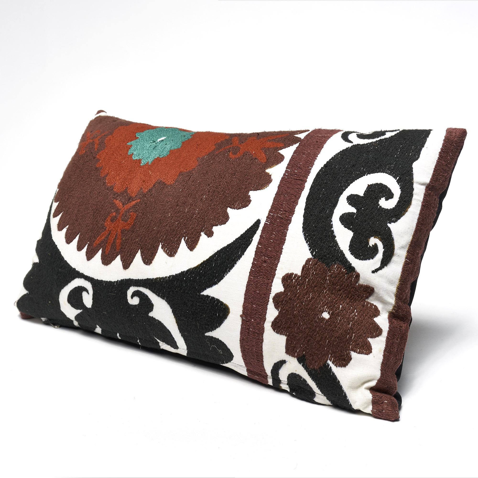 SALE! Almohadón Suzani rectangular bordado a mano,  negro rojo blanco y verde