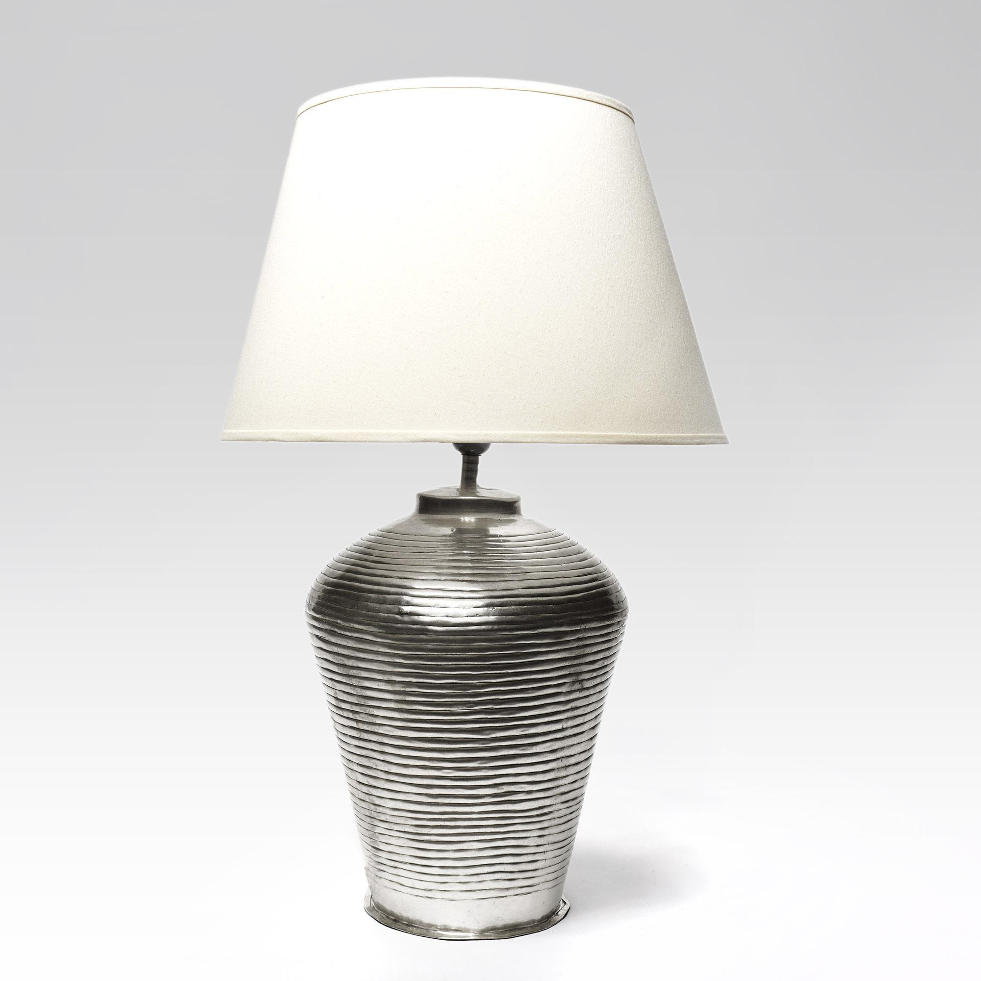 Lámpara de metal plateada con pantalla de algodón