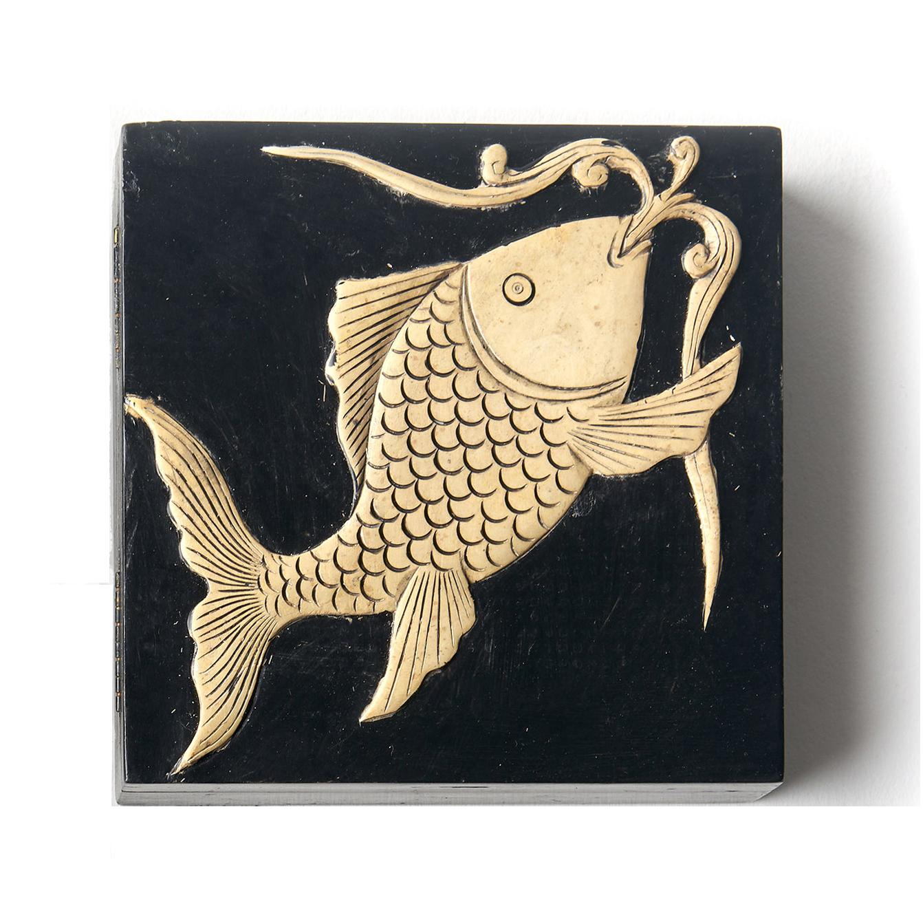 Caja cuadrada negra pescado Koi