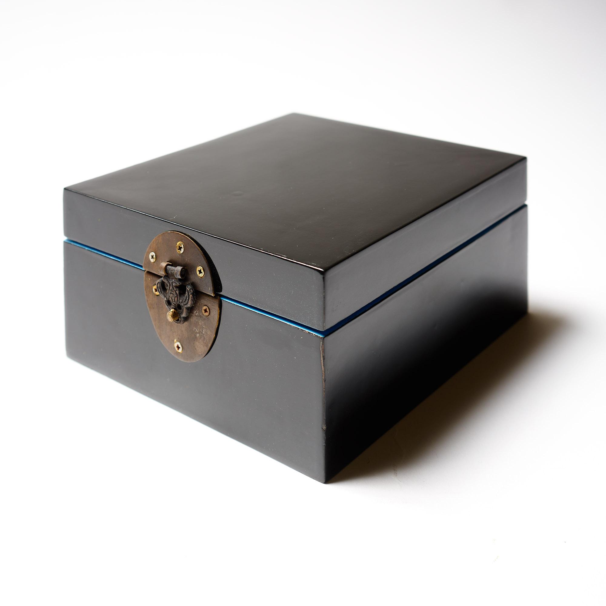 Caja laca negra y celeste