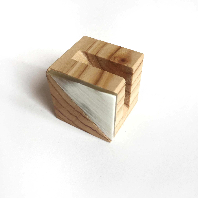 Tarjetero de madera con guampa