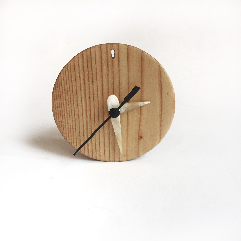 Reloj en madera con agujas de guampa